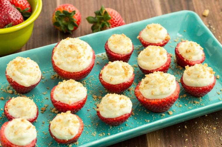Fragole ripiene con dell'impasto per cheesecake, idea regalo per San Valentino