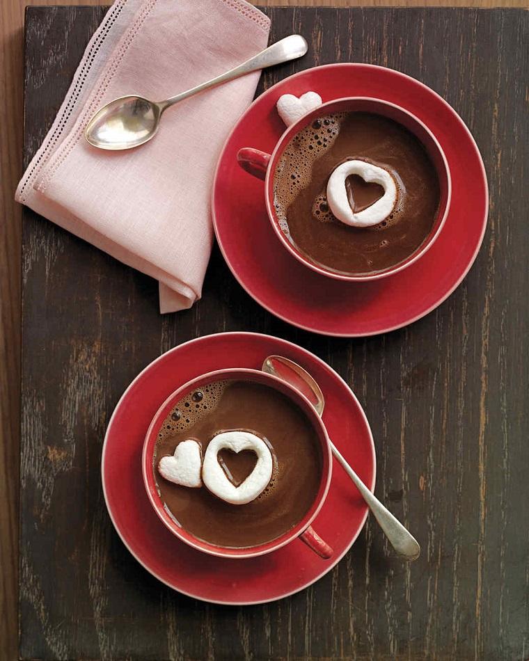 Un'idea per la colazione nel giorno degli innamorati, cioccolata calda con mashmallow