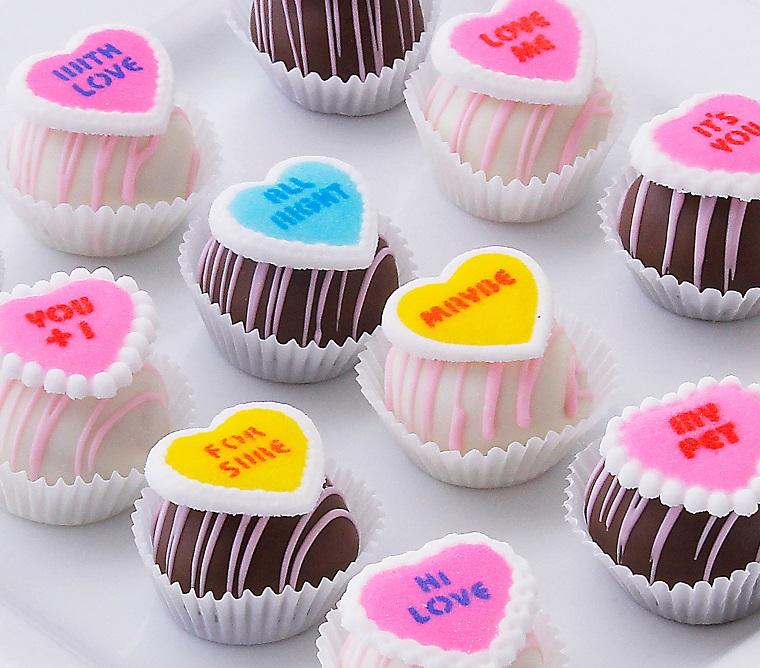 Piccoli cioccolatini con decorazioni e scritte divertenti a forma di cuore