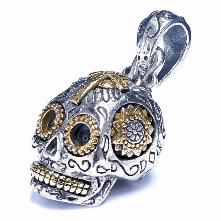 un pendente a forma di teschio della tradizione messicana con dettagli dorati
