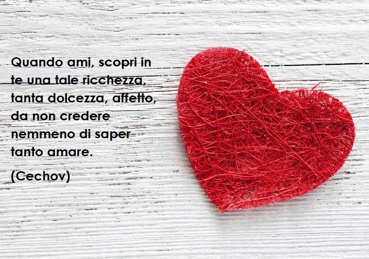 Idea per frase di Buon San Valentino di Cechov, cuore rosso su uno sfondo grigio