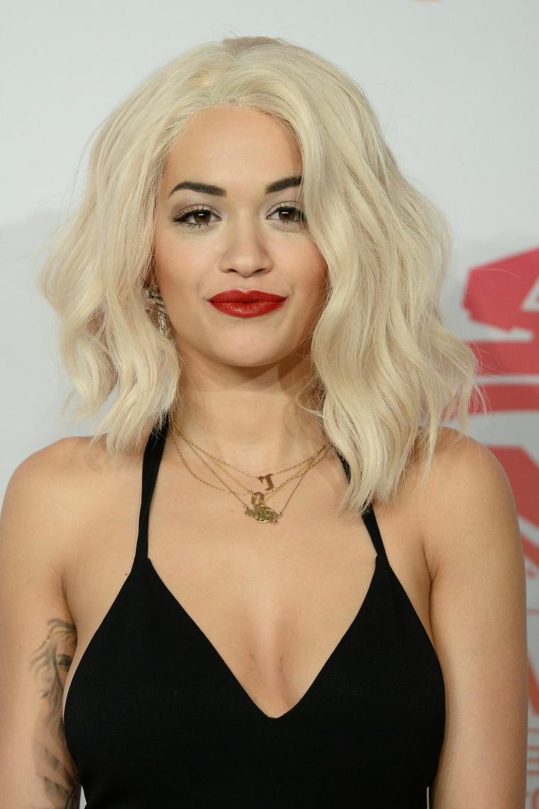 Colore capelli, Rita Ora e la sua acconciatura moderna e tonalità ghiaccio