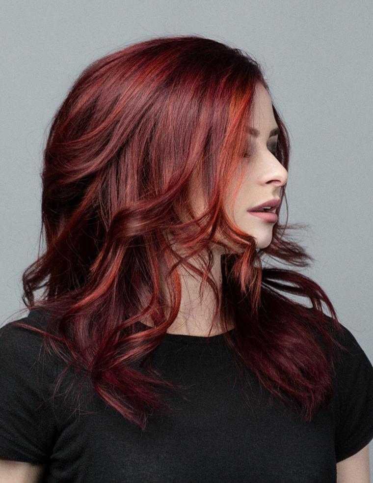 Tingere i capelli di colore burgundy, rosso su una base nera, onde morbide sulle lunghezze
