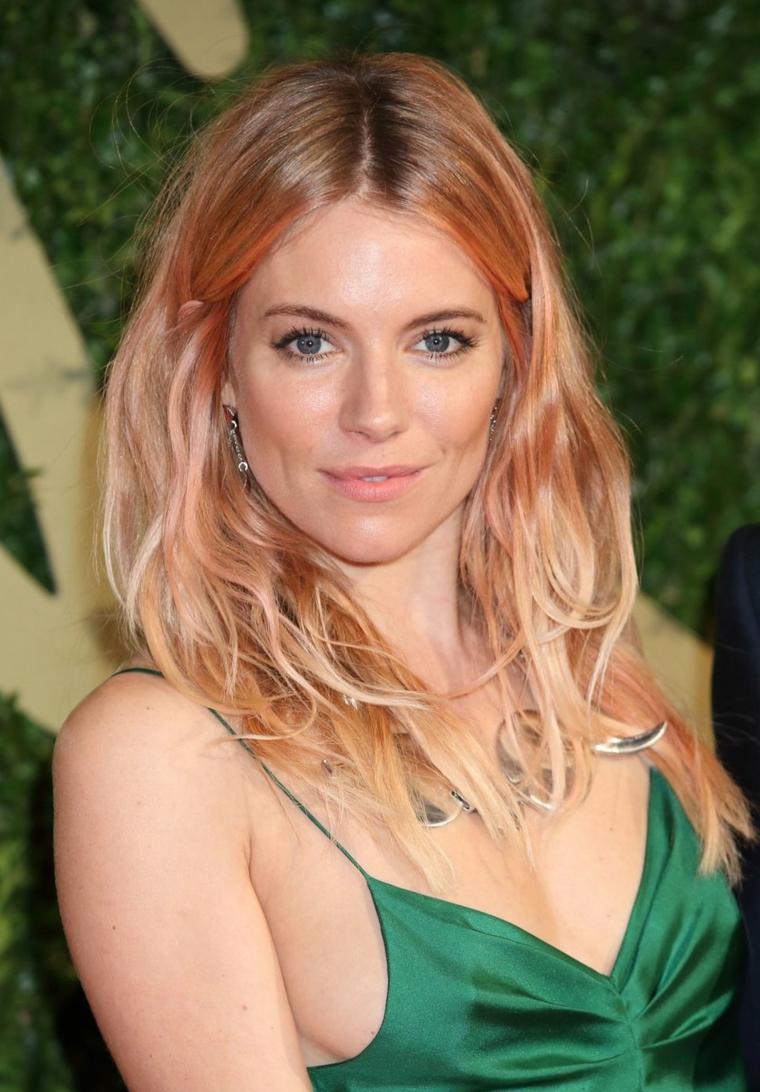 Colore capelli blorange, stile moderno con un mix di rosa, biondo e arancione