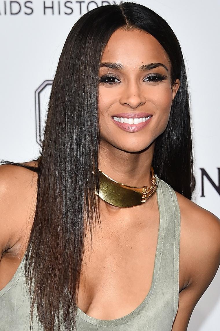 Taglio di capelli lungo e liscio di colore castano molto scuro e riga centrale