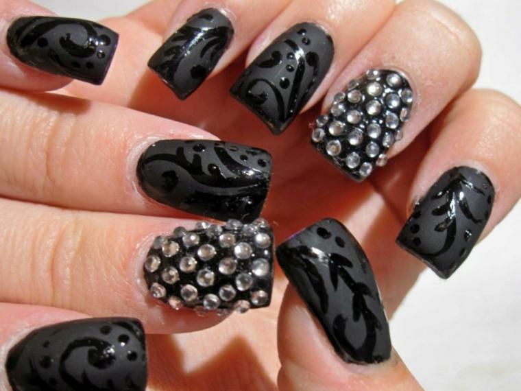 Unghie di colore nero mat con decorazione lucente e brillantini