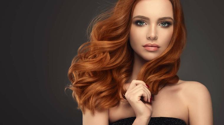 Tinta di colore rosso pumpkin, donna con i capelli lunghi taglio pari e onde morbide