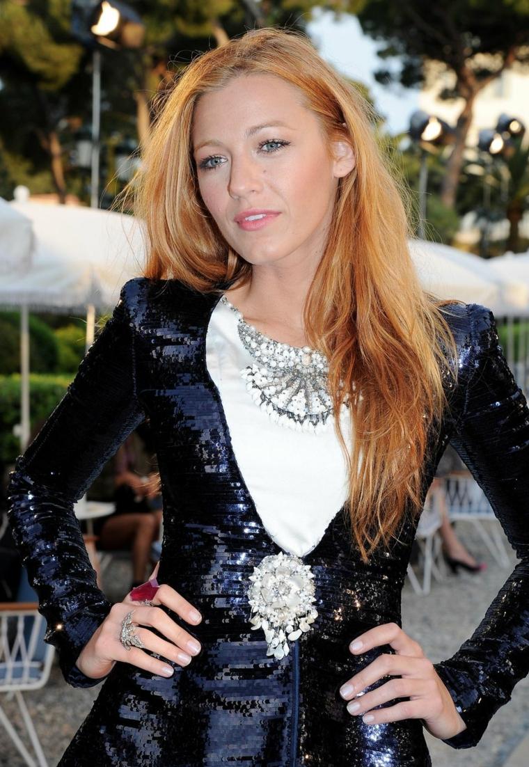 Tinta capelli di colore biondo con nuance sul rosso, Blake Lively con un vestito elegante un'acconciatura casual