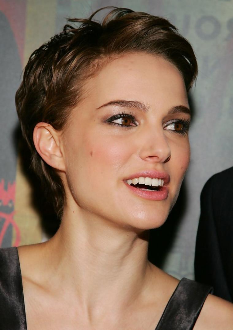 pettinature capelli corti, un'idea ispirata ai tagli maschili, resa femminile dalla nuance castano dorata