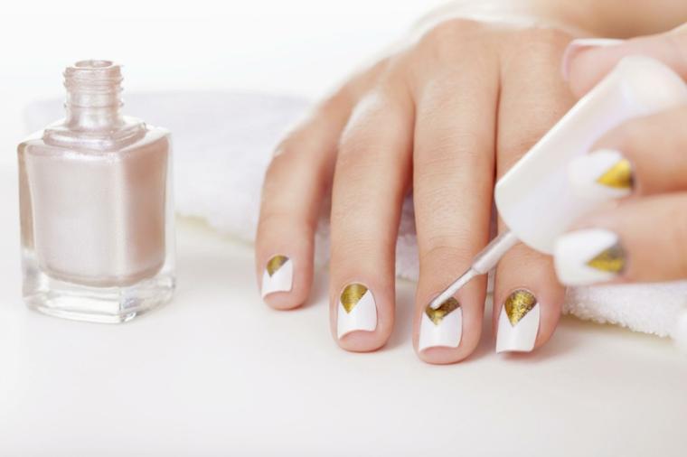 Unghie dalla forma quadrata con base bianca e decorazione color oro a triangolo