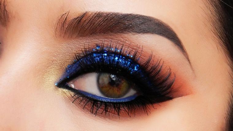come truccare gli occhi marroni in modo luminoso ed originale: con un ombretto blu glitterato