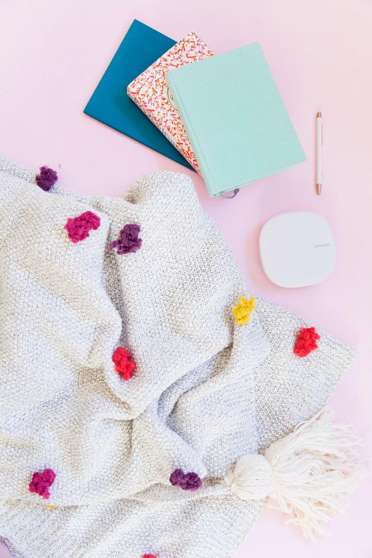 Creazioni fai da te un'idea per decorare la coperta con dei fili di lana colorati