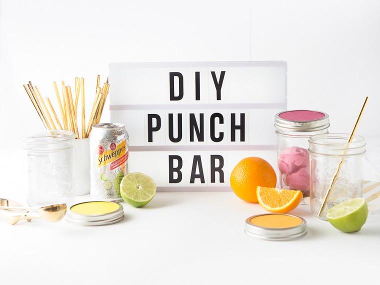 Un'idea per allestire una zona bar fai da te, scritta e decorazioni originali