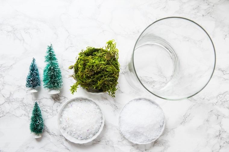 Oggetti fai da te e un'idea per la realizzazione di un terrarium, elementi necessari come neve finta e un contenitore di vetro