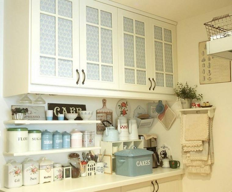 Mobile stile shabby chic in legno e di colore bianco, tanti contenitori per cucina vintage