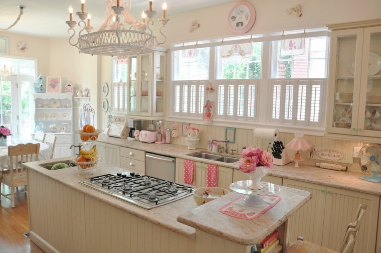 Decorazioni shabby per una cucina con mobili in legno colore beige