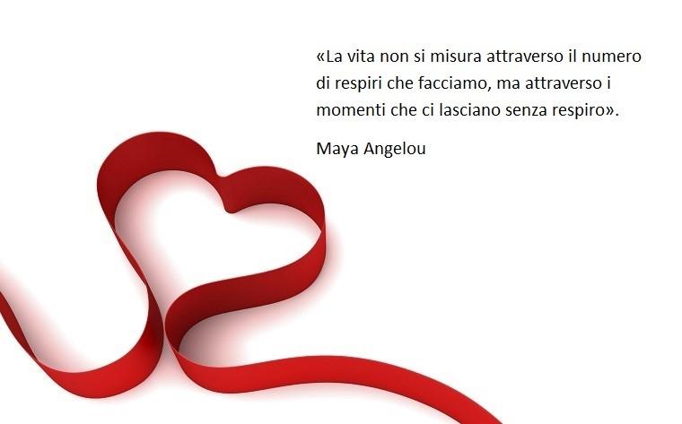 Frase di Maya Angelou sulla vita e sull'amore, immagine con uno sfondo bianco con cuore rosso