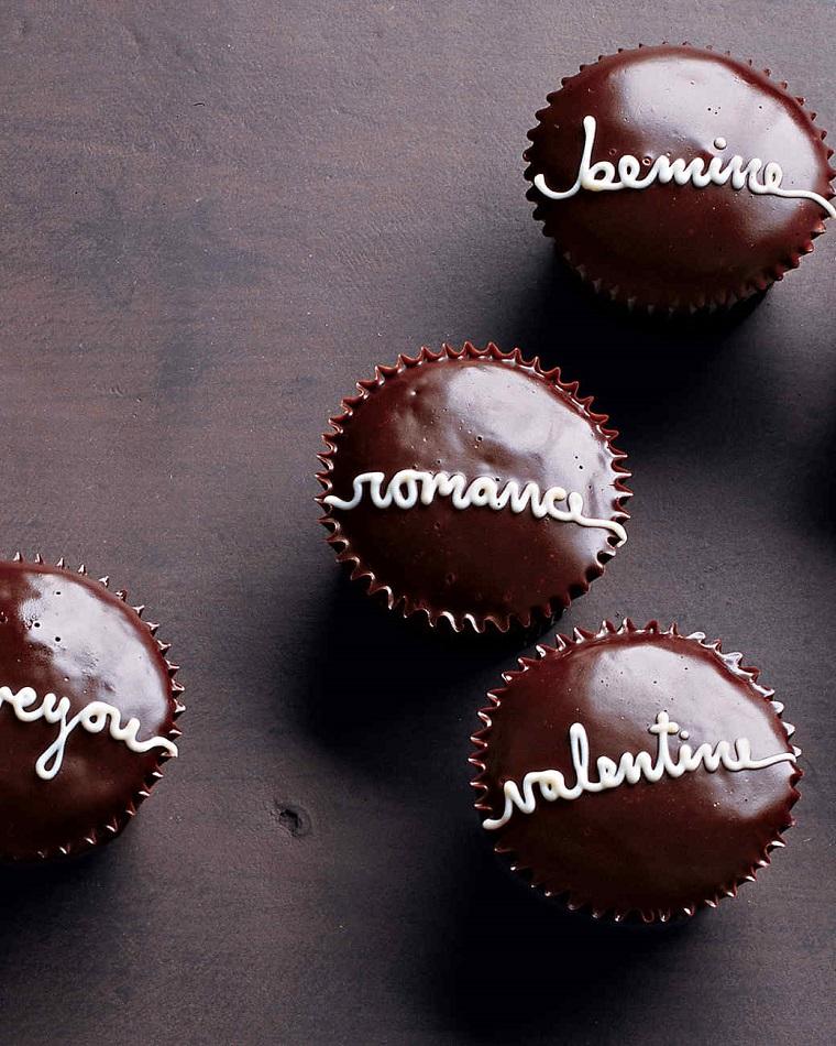 Piccoli cupcakes al cioccolato con scritte ispirate a San Valentino