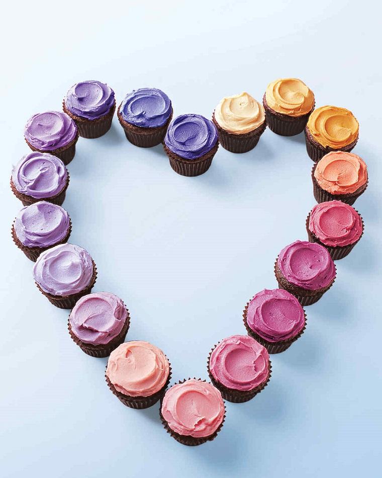 Muffins colorati ordinati a forma di cuore, i dolci San Valentino più originali