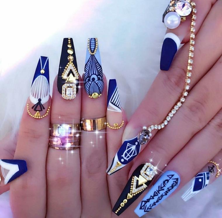 Idea stravagante per la decorazione delle unghie a stiletto con brillantini e disegni