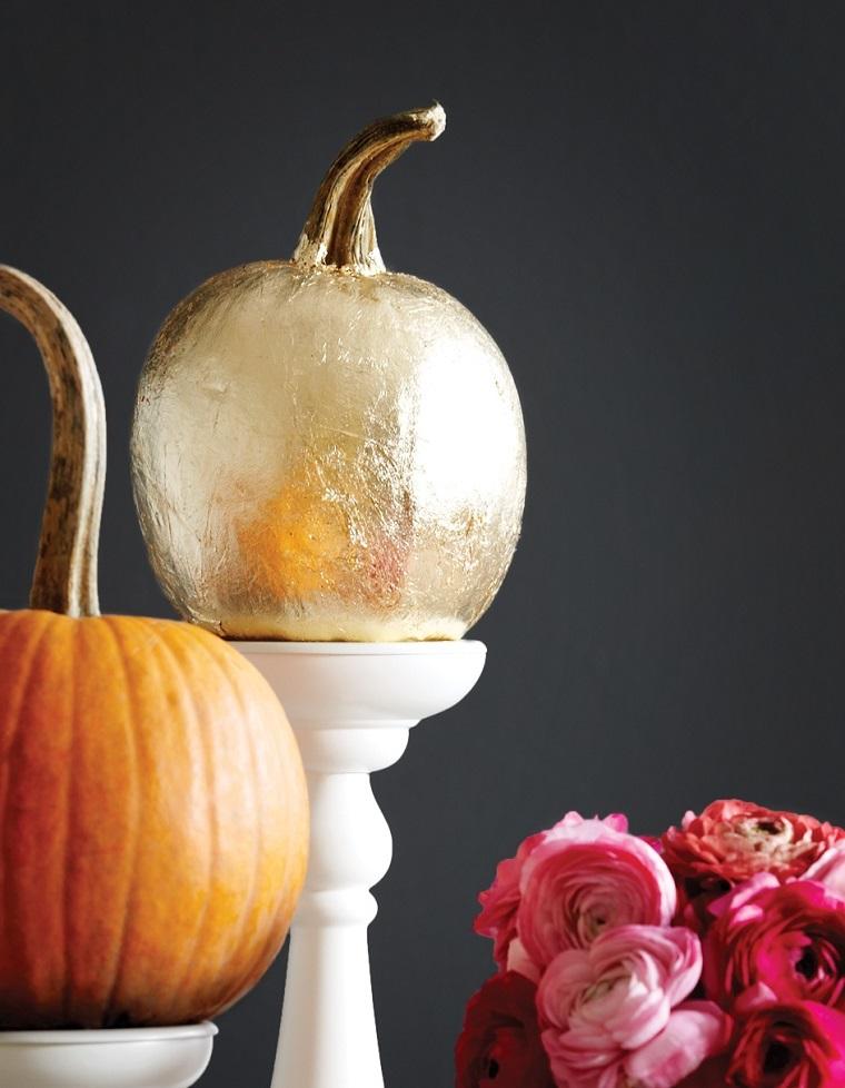 Idee fai da te per la decorazione di una zucca per Halloween, dipinta di colore argento
