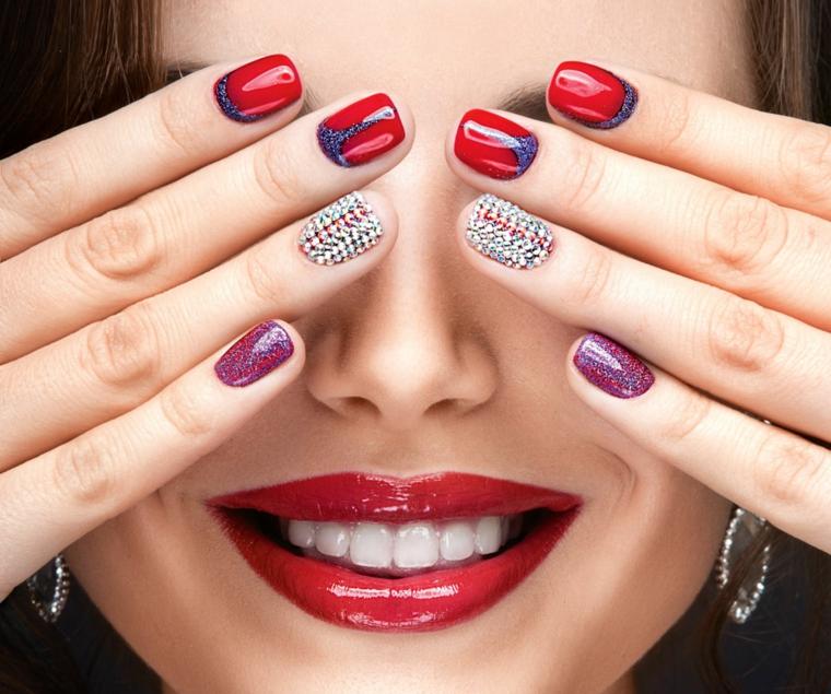Unghie decorate con brillantini e glitter, forma arrotondata corte e con diversi colori