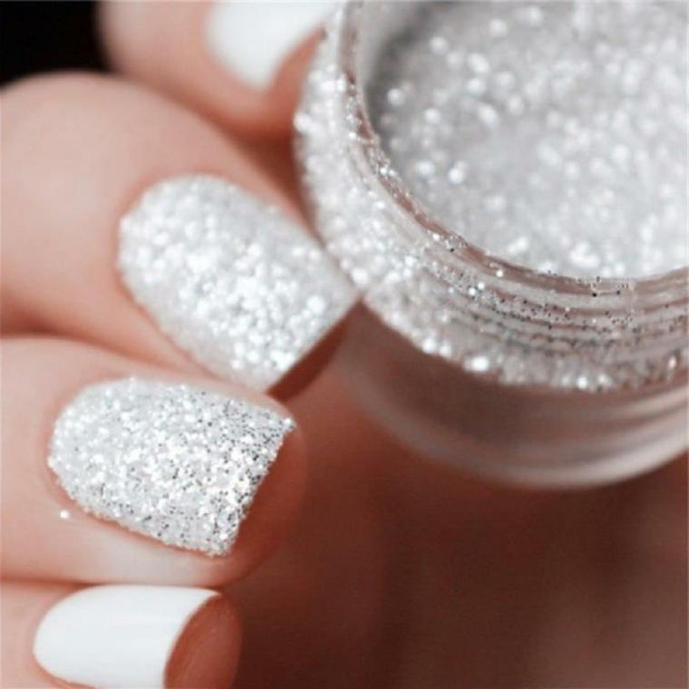 Gliiter di colore argento per decorare le unghie, base con uno smalto bianco