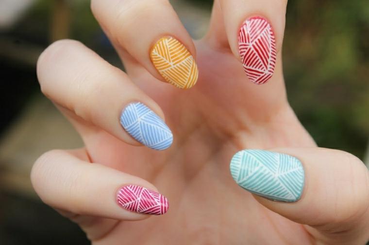 Dipingere le unghie di diverso colore e disegnare delle strisce bianche