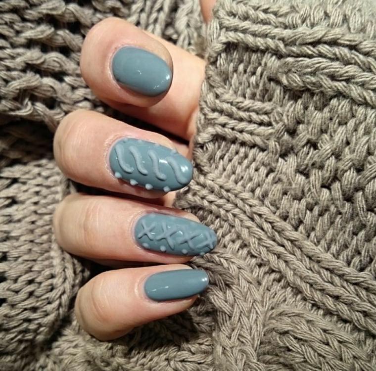 Unghie nail art di colore grigio e disegni 3d sul dito medio e sull'anulare