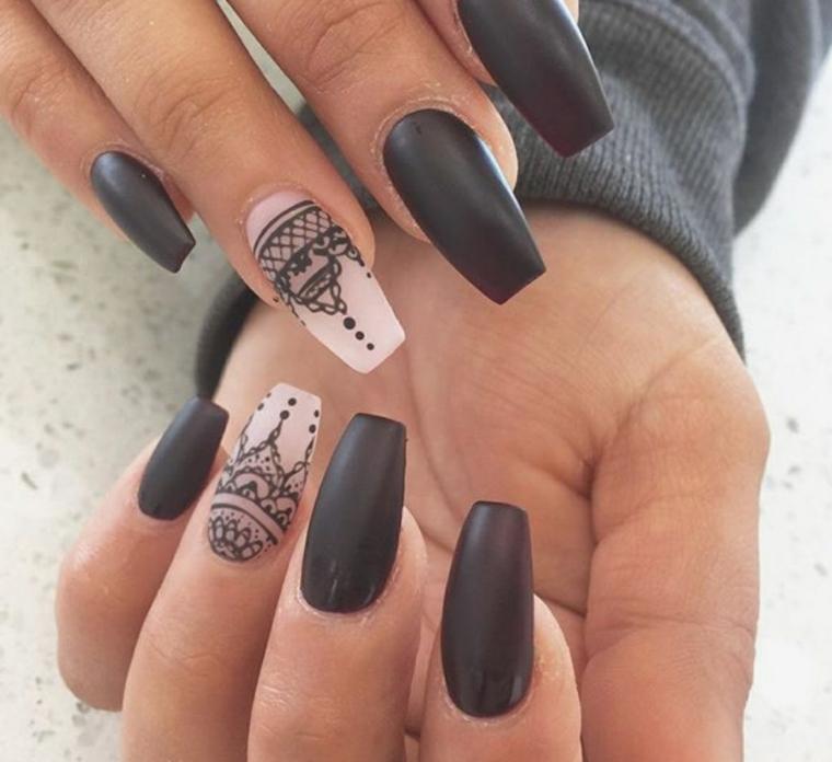 Disegno mandala sul dito anulare, smalto mat di colore nero per delle unghie lunghissime