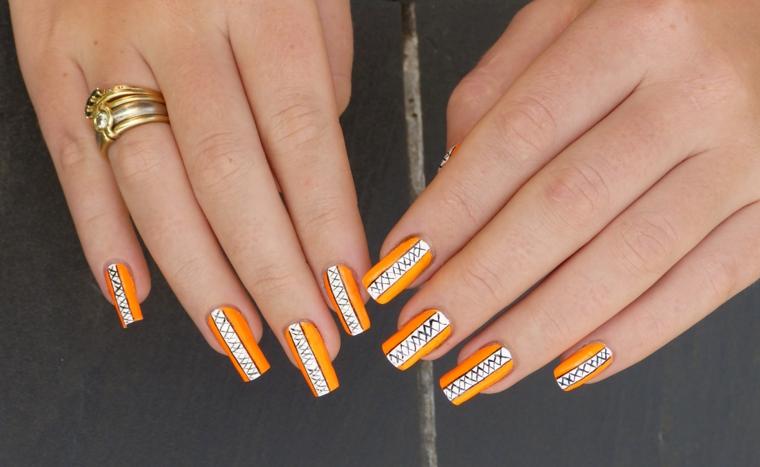 Idea decorazione unghie stravagante su una base di colore giallo