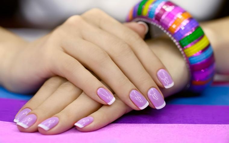 French manicure di colore bianco su una base viola e disegno bianco