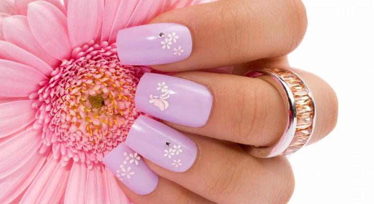 Unghie gel decorazioni semplici, smalto colore viola con piccoli fiorellini di bianco