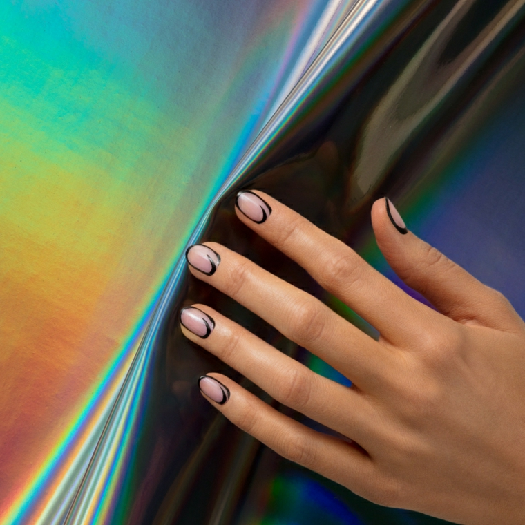 Unghie gel decorazioni semplici, smalto di colore beige per la base e bordo nero