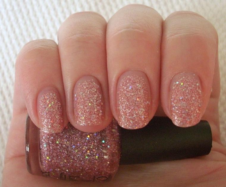Smalto glitter rosa su unghie eleganti con una lunghezza pratica