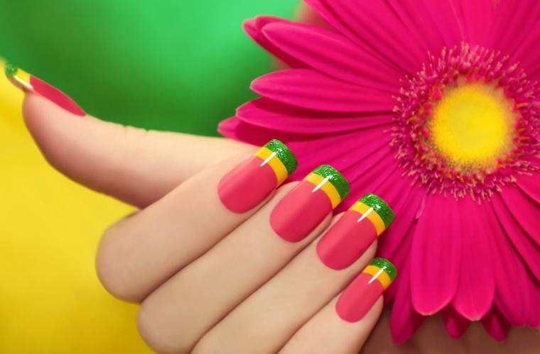 Unghie estive lunghe e dalla forma quadrata, smalto colorato con base rosa e french giallo e verde