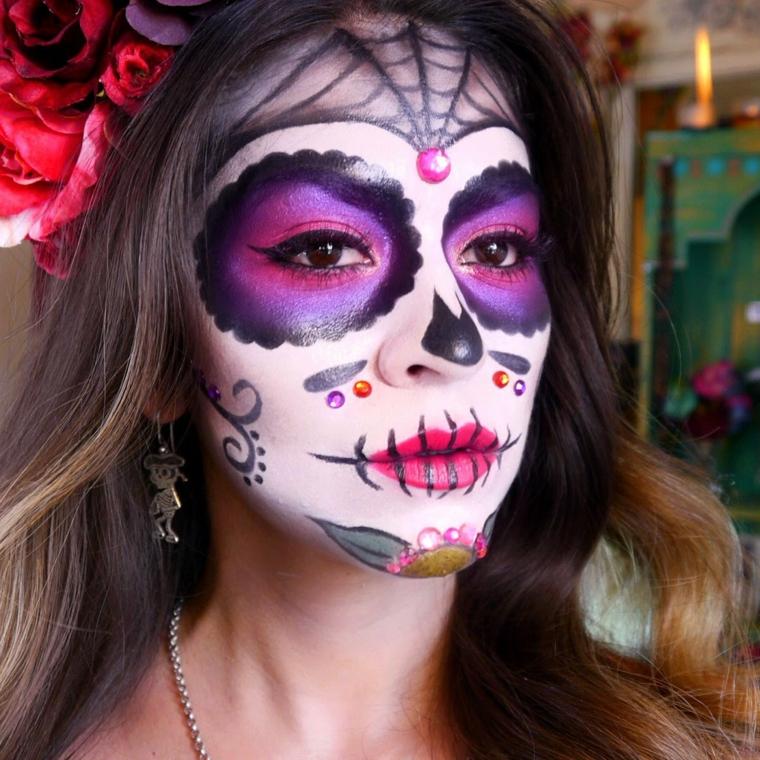 teschi messicani, ecco come truccare il volto di una donna con gli occhi colorati e una ragnatela sulla fronte
