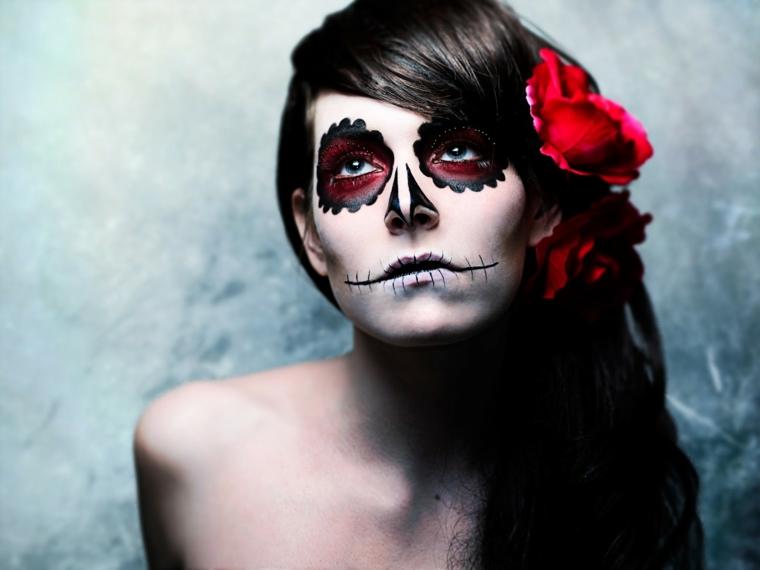teschi messicani, il volto di una giovane donna truccata in modo semplice secondo la tradizione