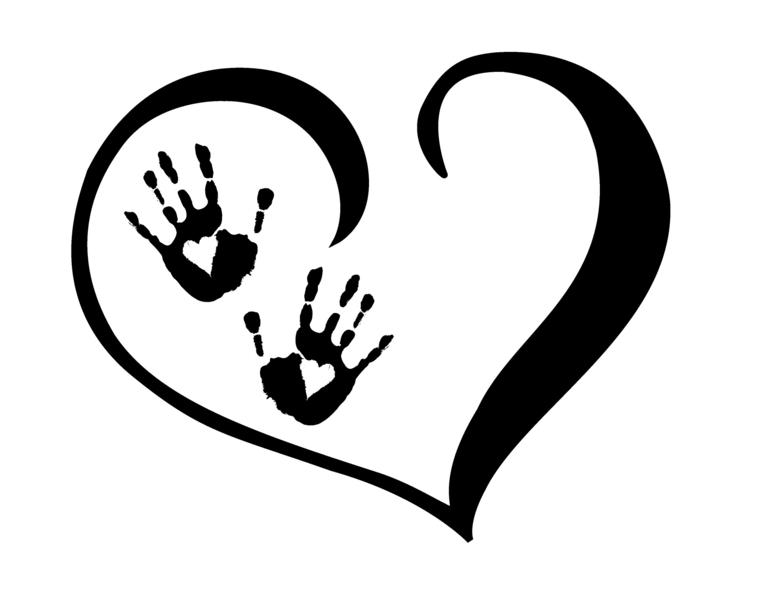 un'idea per realizzare un tatuaggio originale a forma di cuore con all'interno due mani con dei cuori sul palmo