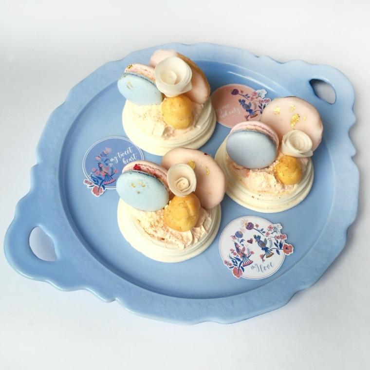 Macarons di colore bianco e azzurro in una composizione originale da regalare per la festa di San Valentino