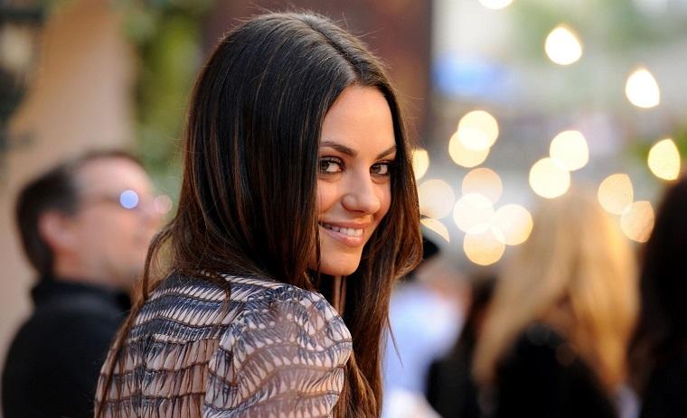 Mila Kunis è tra le ragazze più belle del mondo, acconciatura capelli castani lunghi e lisci