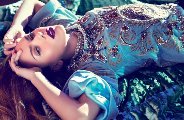 Immagine artistica di Scarlett Johansson con un vestito azzurro con paillettes e brillantini