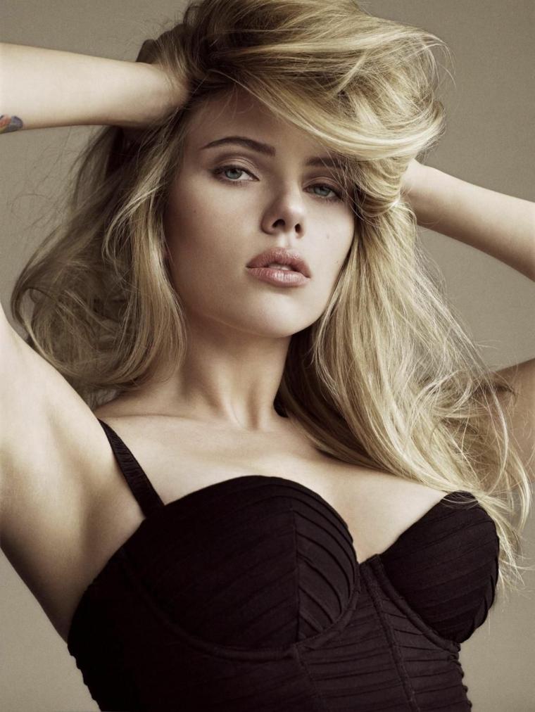 Scarlett Johansson tra le donne bellissime di Hollywood, capelli lunghi e biondi e un bustier nero