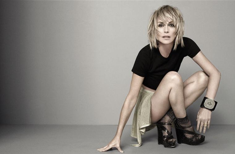 Donne bellissime e Sharon Stone con un look casual e sguardo provocativo