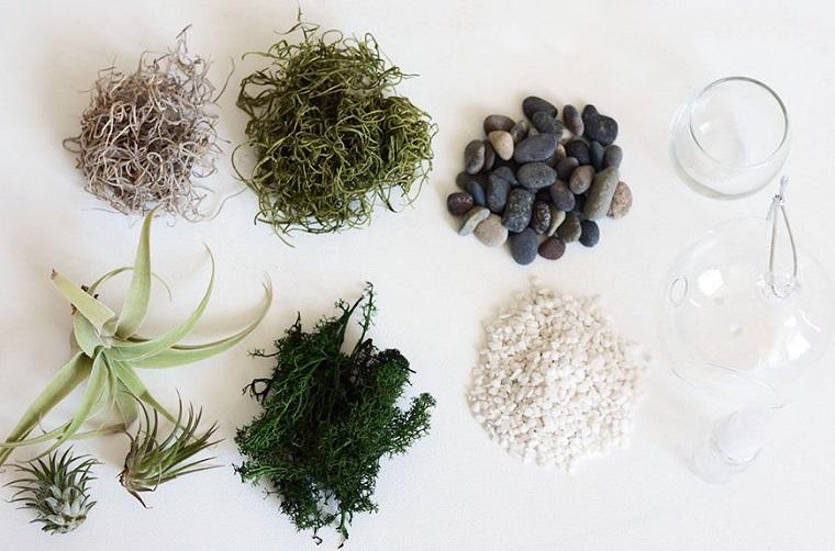 Idee riciclo e una proposta per un giardino in miniatura, piante finte e tanti piccoli sassolini da posizione in un contenitore di vetro