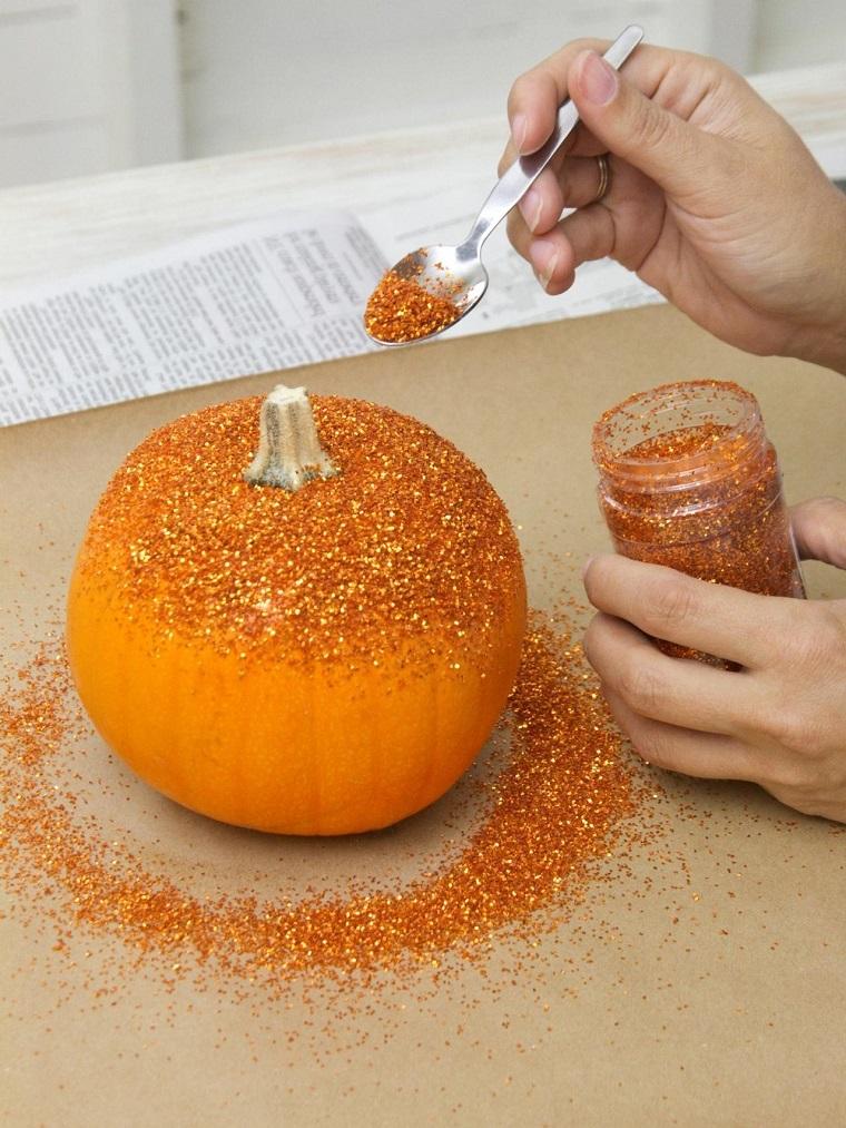 Regali fatti a mano, decorazione di una zucca con glitter e colla