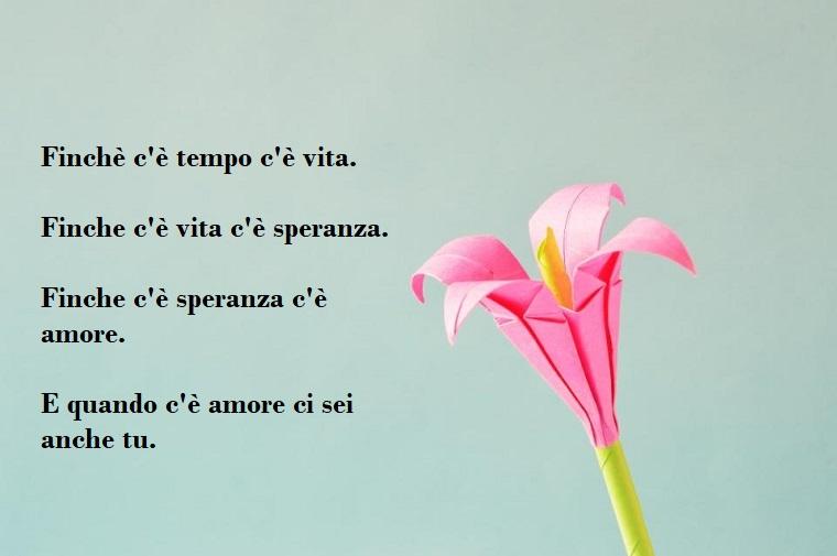 Idea scritta per un buon San Valentino, immagine con un fiore di carta su sfondo azzurro