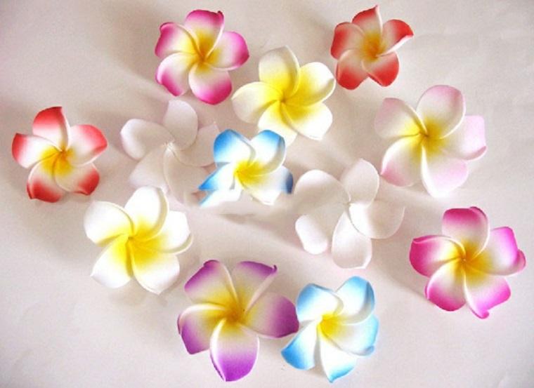 Fiorellini Hawaiani di diverso colore realizzati con la carta crepla di gomma