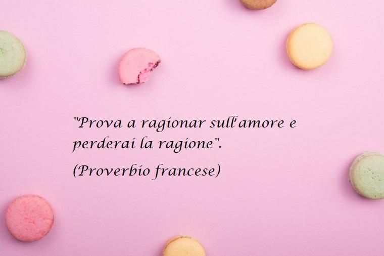 Proverbio francese sull'amore da mandare per la festa degli innamorati, immagine con sfondo rosa e macaroons
