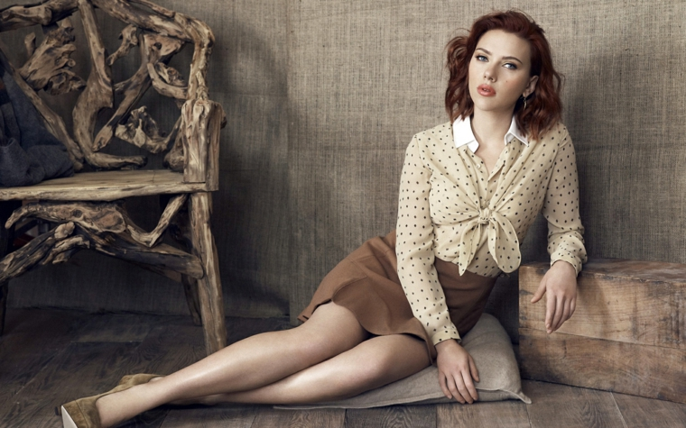 Attrici belle e Scarlett Johansson in una foto vintage con camicia a pois e gonna marrone